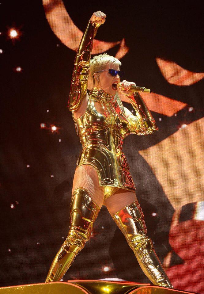 ケイティ・ペリーがどう見ても黄金聖闘士Katy Perry says all she wants is 'peace' as she addresses Las Vegas shooting