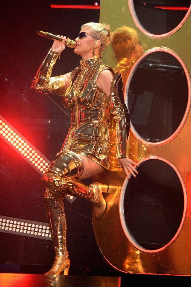 ポーズも完全にそれwケイティ・ペリーのライブ衣装がまんま黄金聖闘士www
