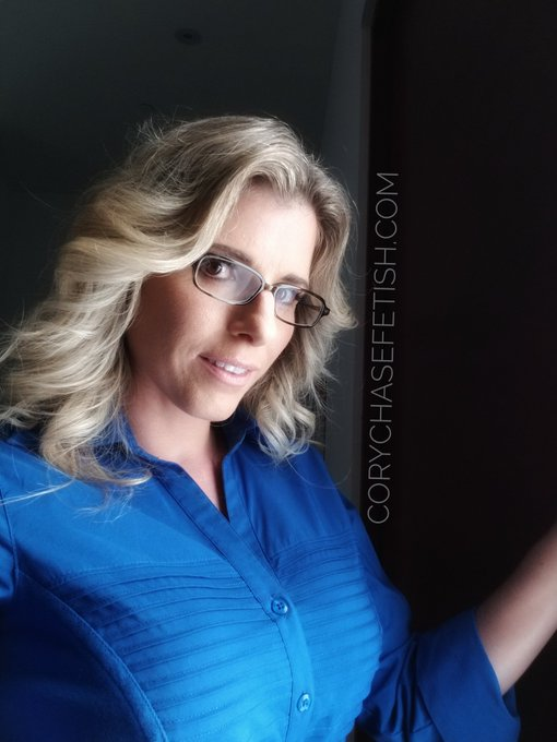Prety in blue! #milf #glasses #featheredhair https://t.co/PpNATW5ol6