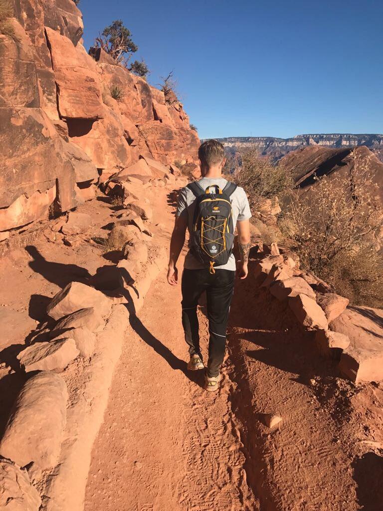 Kevin #Magnussen passeggia al Grand Canyon. <br>http://pic.twitter.com/rm5IDNBWnK