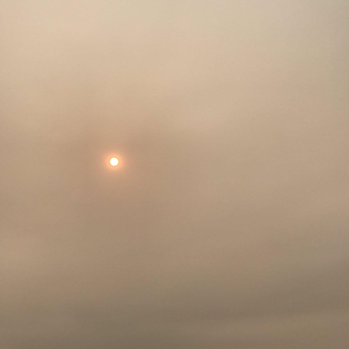 50 nuances de jaune dans le ciel angevin. #Ouragan #Ophelia #Angerspic.twitter.com/GkfHpvtahB