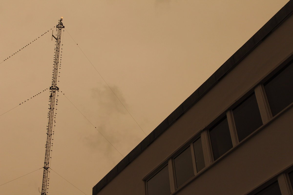 #Ouragan #Ophelia Lundi 15h45, toujours sépia au dessus de la #Manche #Normandie #nofilterpic.twitter.com/DwQG6rOa4r