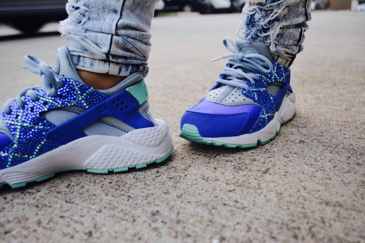 Are you a #sneakerlover ? If so, you will  these #customs ; see these babies at the #blog  https://www. rinniepstyles.com/blog/2017/10/1 6/customized-kicks-by-infamous-rocks &nbsp; …  #styleblog #fashionblog<br>http://pic.twitter.com/UziGzypP5c