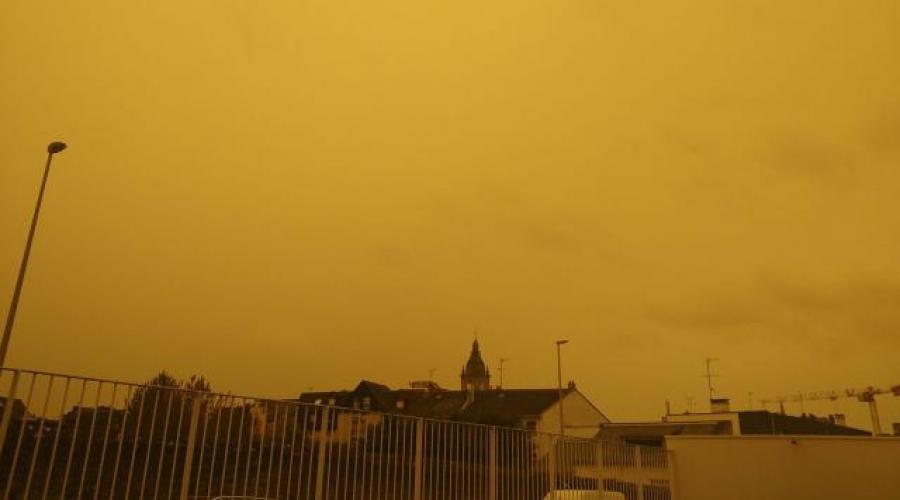 Ouragan Ophelia. Un ciel jaune d'apocalypse sur la Bretagne https://t.co/riO9QReytq