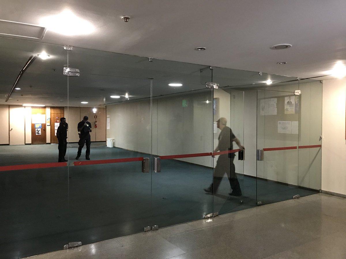 Polícia Legislativa impede acesso ao corredor q da acesso aos gabinete...