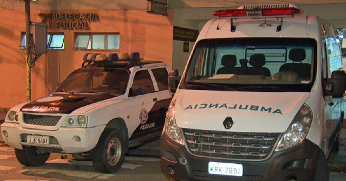 Criminosos roubam ambulância com equipe médica para socorrer homem na Maré https://t.co/iwKd1SS7lz #G1