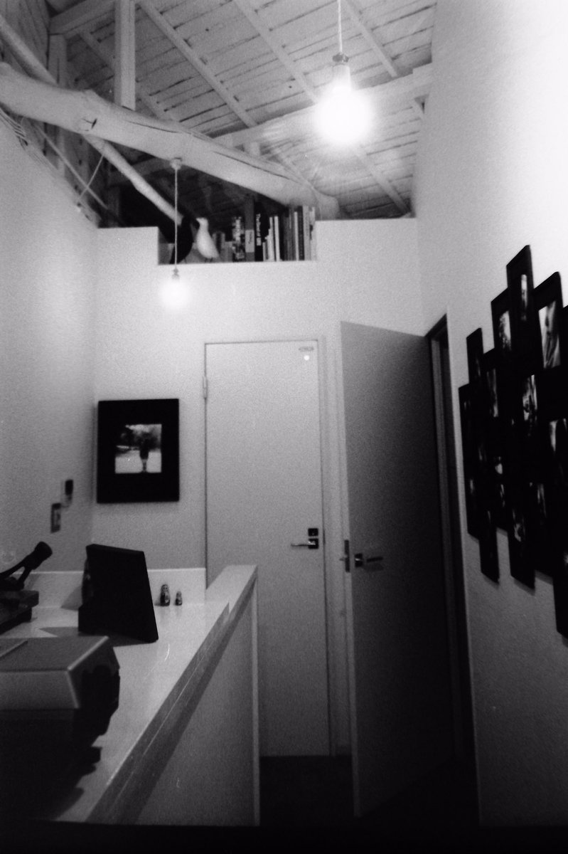 暗室の入り口。アウラ舎さん。 (数時間が数十分くらいにしか思えなくなる不思議な場所です。あと終わった後のコーヒーが五臓六腑に染み渡るおいしさ) #fomapan100 #GR1