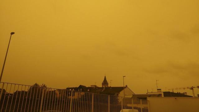 #Ouragan #Ophelia. Pourquoi cet impressionnant #ciel jaune au-dessus de la #Bretagne ?  https://www. ouest-france.fr/catastrophes/o uragan/ouragan-ophelia-un-ciel-jaune-d-apocalypse-en-bretagne-5317271  … pic.twitter.com/Eiw7nzMyfK