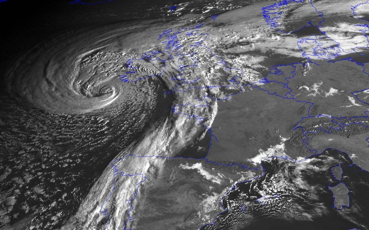 L'#Ouragan exceptionnel #Ophelia, rétrogradé en tempête, vu il y a 2h par @eumetsat L'Irlande en alerte rouge   http:// bit.ly/2xIbc9k    pic.twitter.com/XkUSzMUBFl