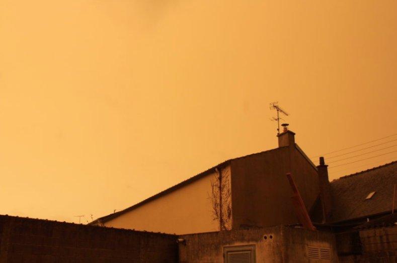 Un ciel jaune en Bretagne dû à des particules de sable en suspension. L'odeur de brûlé est due aux incendies au Portugal /MétéoBretagne