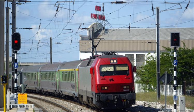 #Sociedade Quatro comboios da CP bloqueados pelo fogo https://t.co/803Mz0mbGf Em https://t.co/MDmhqgtnSp