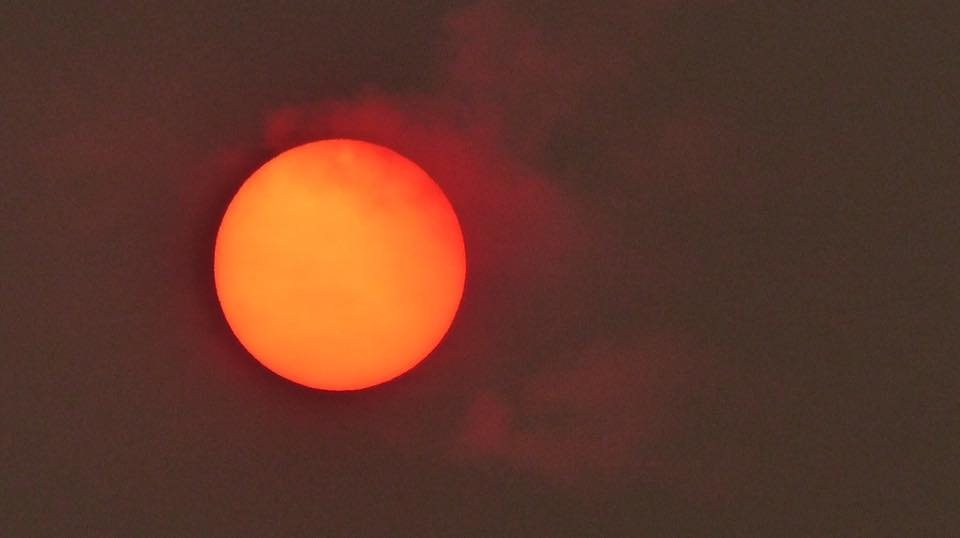 #Ophelia has drawn Saharan dust north to the UK, making the sun appear red this morning. Photo credit: Kelly Norris https://t.co/2qMvYSQjLQ