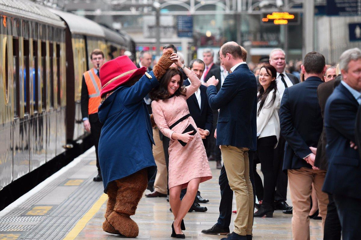 Kate Middleton fez uma nova aparição pública em Londres – com direito a dancinha com o Paddington Bear! https://t.co/2zRklOn2jm