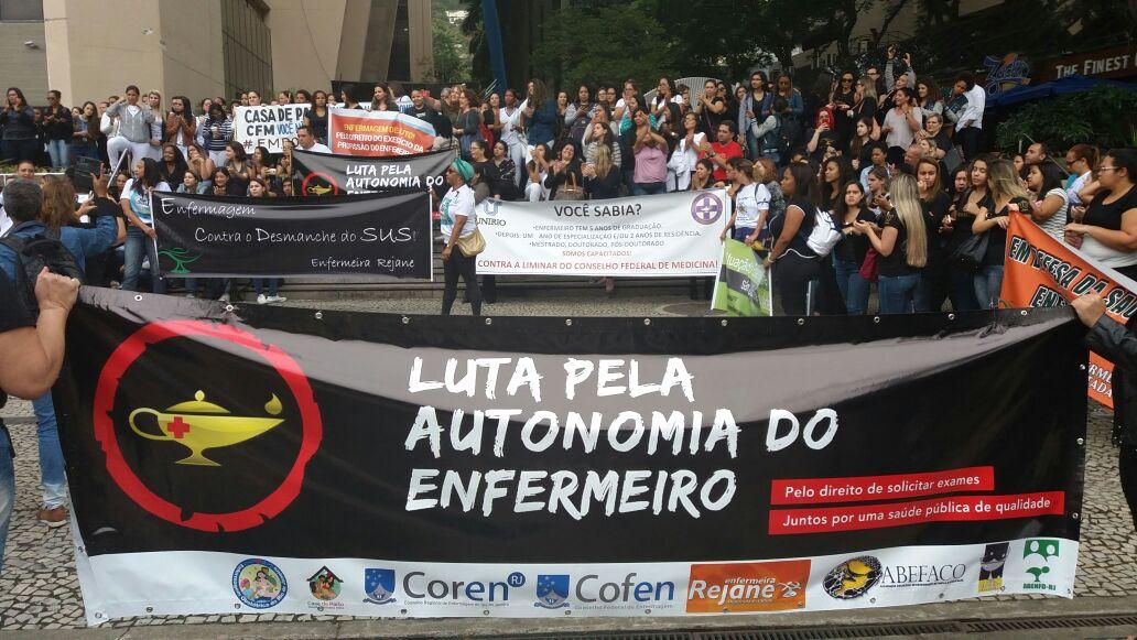 Um grupo de enfermeiros realizam manifestação na Praia de Botafogo, perto do Edifício Argentina. Na programação da BandNews FM você acompanha mais detalhes sobre o ato e informações sobre possíveis interdições no trânsito.