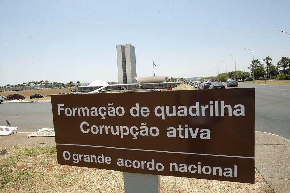 > Pl@EstadaoPoliticaaca em frente à Câmara dos Deputados é alterada para 'formação de quadrilha' https://t.co/WNvoGZ7WKg