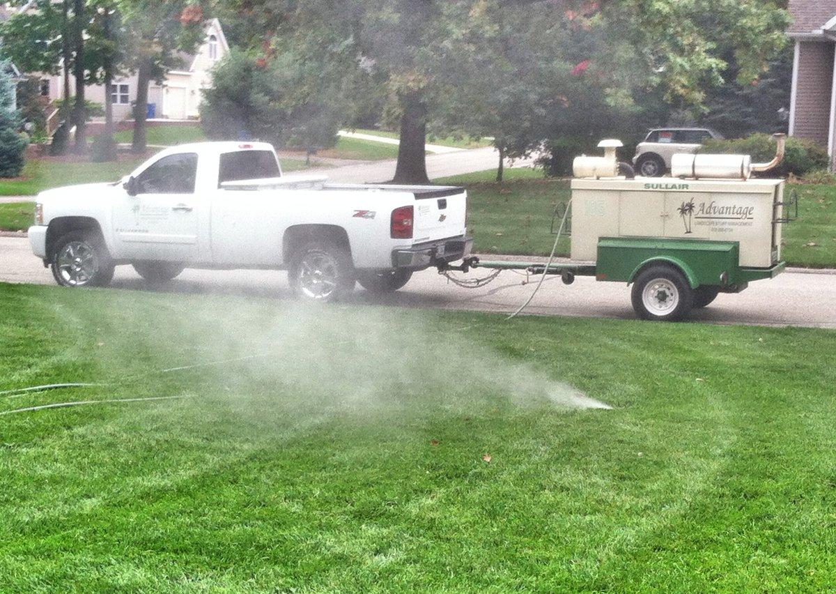 """美国东北部的冬天寒冷而漫长,入冬前要做各种准备,比如保护草坪喷灌系统的管道不被冻坏。切断供水很简单,管子里的积水怎么办?善于使用工具的美国人发明了""""吹水机"""",把压缩空气接入灌溉系统,把管道里的积水全部吹出去。最近小区里的人家纷纷开始吹水,今年的灌溉季节就结束了 #美国那些真事 https://t.co/OeR1Z07osW 1"""