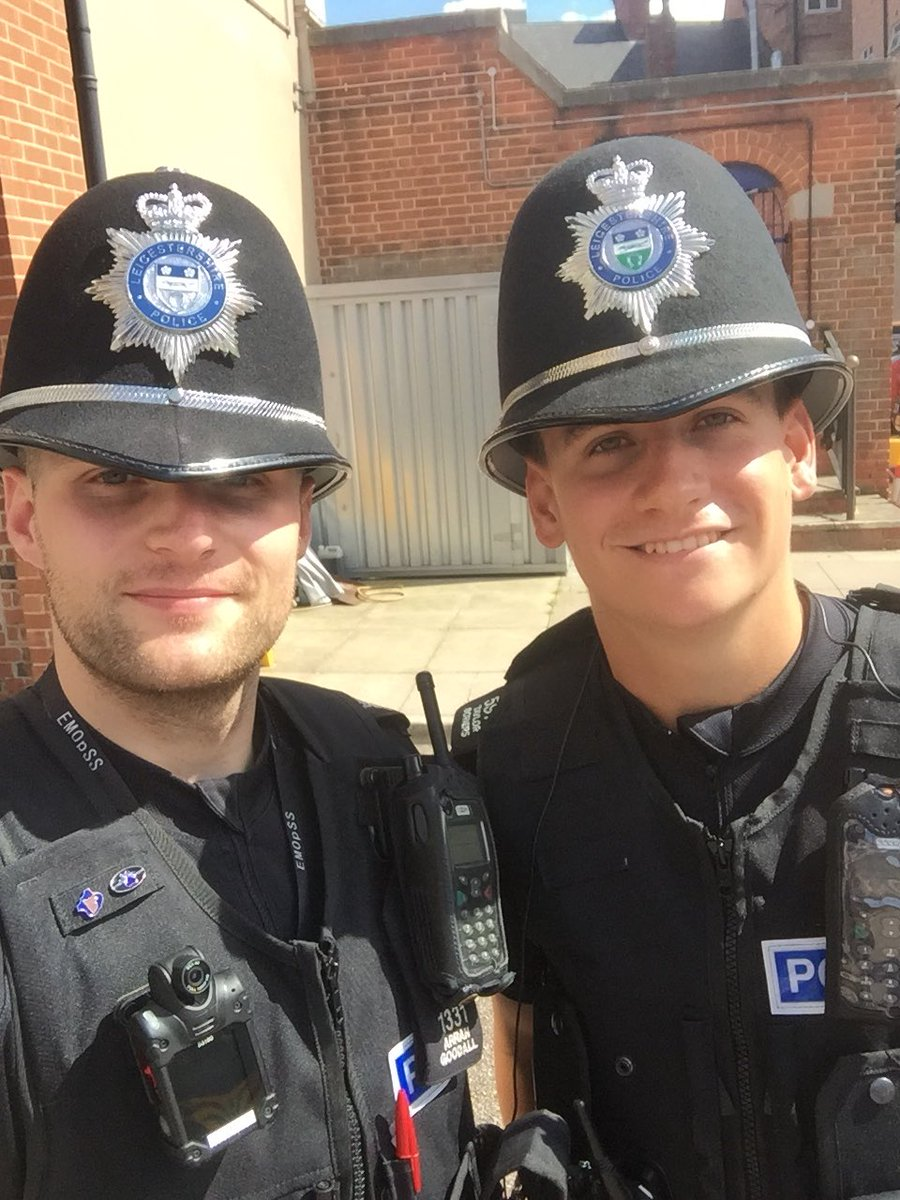 PC Goodall and SC Bower have arrested a suspect for racial abuse within the city #Arrest #Cuffs #Custody #LocalCommunity<br>http://pic.twitter.com/Tq35AWQ8tr