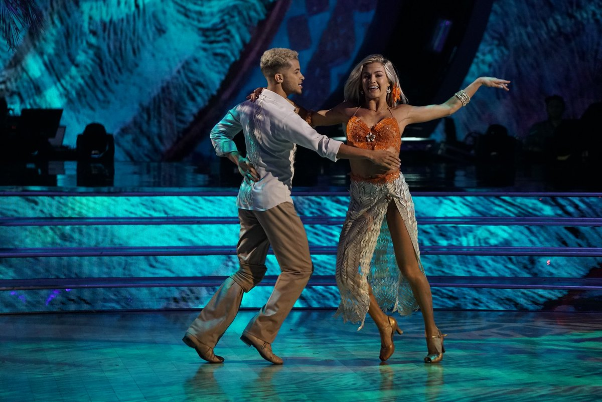 .@Jordan_Fisher and @lindsayarnold ROCK the Foxtrot with a polite @Dis...