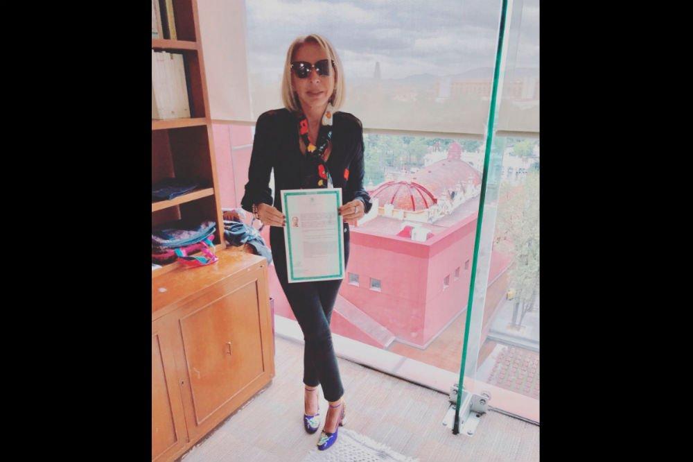 #NoEsBroma Laura Bozzo presume carta de naturalización de la SRE... ¡y...