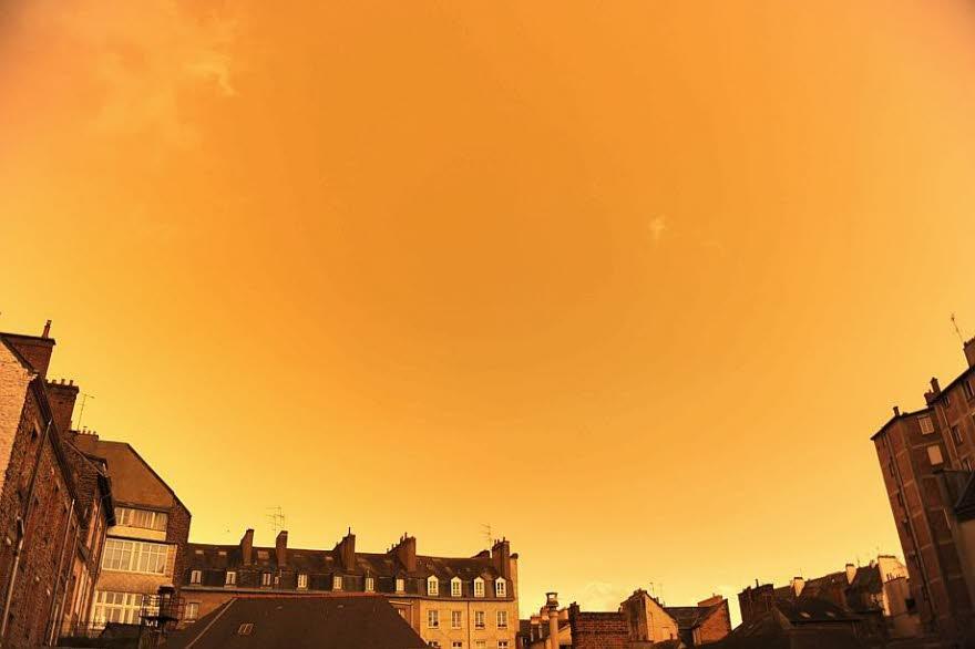 Pourquoi le ciel est-il devenu tout #jaune ?   #Bretagne #ouragan #Ophélia #Sahara  http://www. lalsace.fr/jde/2017/10/17 /pourquoi-le-ciel-est-il-devenu-jaune  … pic.twitter.com/HIWeCG1hHn
