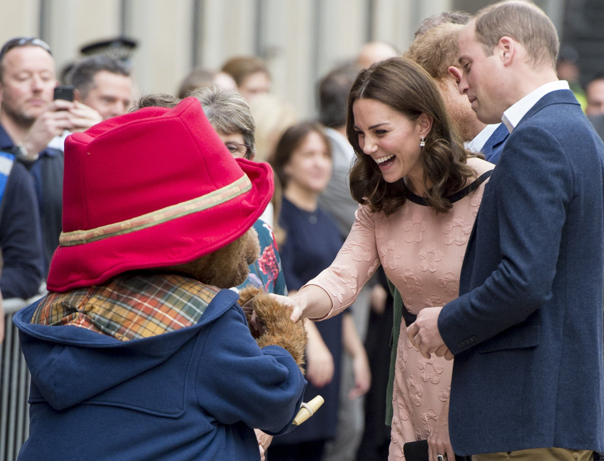 Kate Middleton dancing with Paddington Bear will make your day: https://t.co/dFFNGF5OfX https://t.co/pWsRvN4KXC