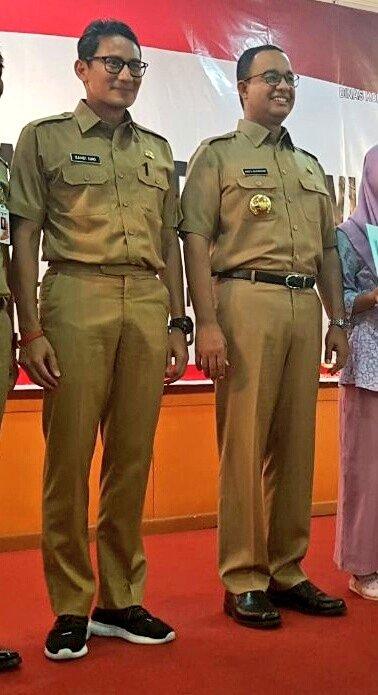Wakil Gubernur DKI Jakarta Sandiaga Uno menggunakan sepaku kets pada hari pertamanya bekerja