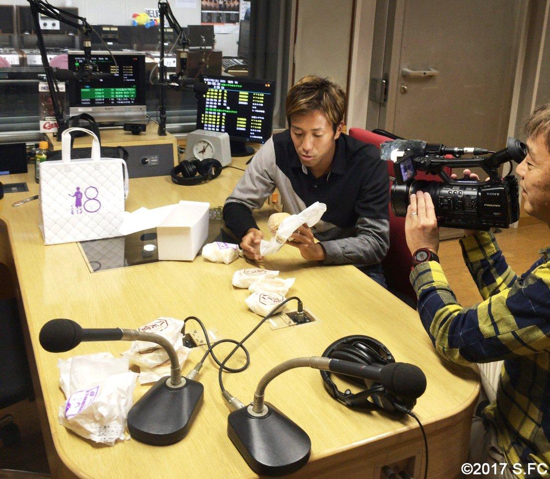 生放送終了後、広島FMさんのスタジオをお借りして「カッシーの菓子パン」告知動画を収録中🎥 まだまだしゃべり足りない⁉️柏好文選手の八天堂さん...