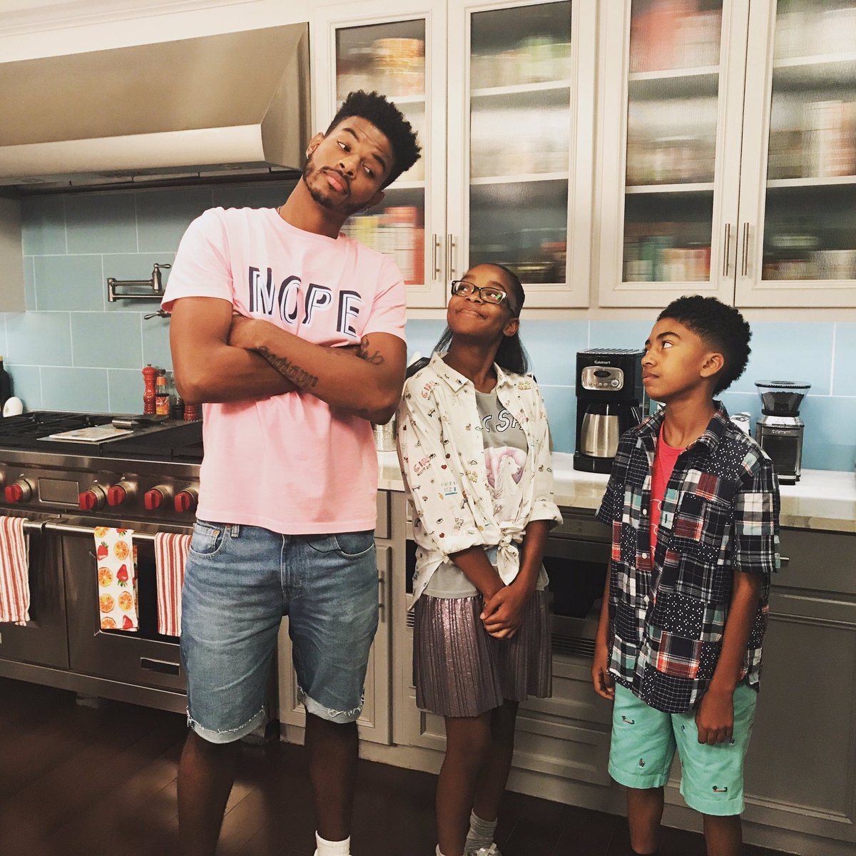 Someone's messing up the twin bond?! Don't miss tonight's #blackish 9|...