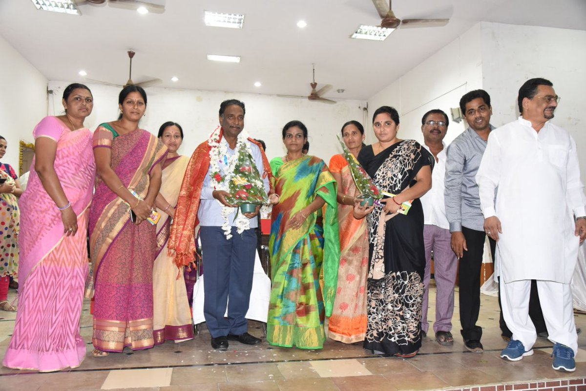 Warm felicitation to Sri.Ch.Nageshwar Garu #Commissioner,#NMC by Hon&#39;ble #Mayor, #Corporators,&amp; #MunicipalStaff on relieving from #Nizamabad<br>http://pic.twitter.com/9oJoo8yph3