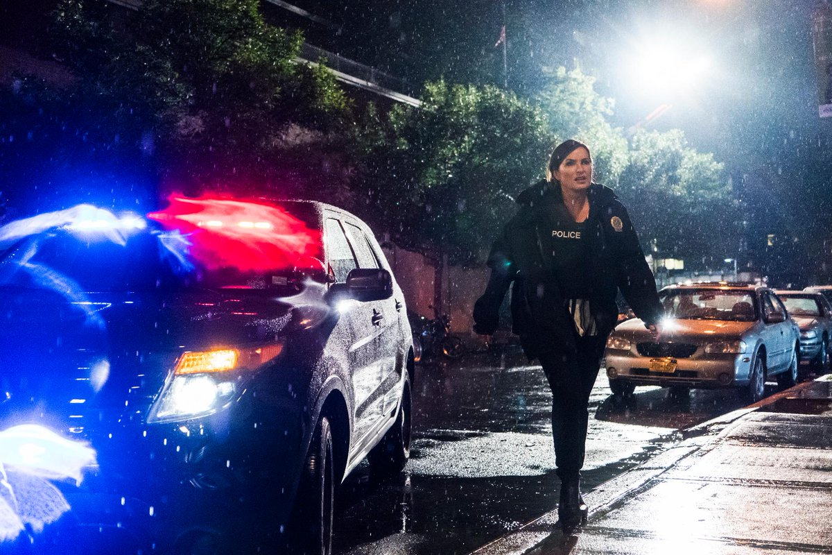 They call. Benson responds. #SVU https://t.co/ZHmXUTyH52