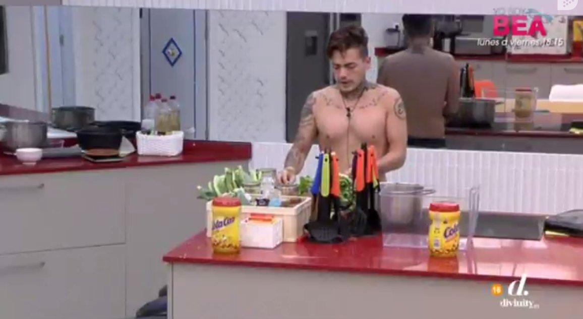 .@CarlosGHRV decide cocinar sólo para unos pocos 😬😬#GHDivinity https:...