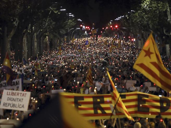 Catalogna, migliaia in piazza  contro l'arresto dei due leader indipendentisti https://t.co/lddsi5mqcw