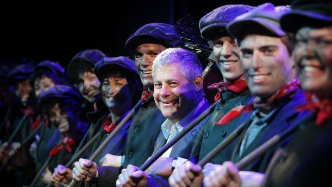 Happy birthday to theatrical producer Cameron Mackintosh, who helped bring MARY POPPINS to the stage!