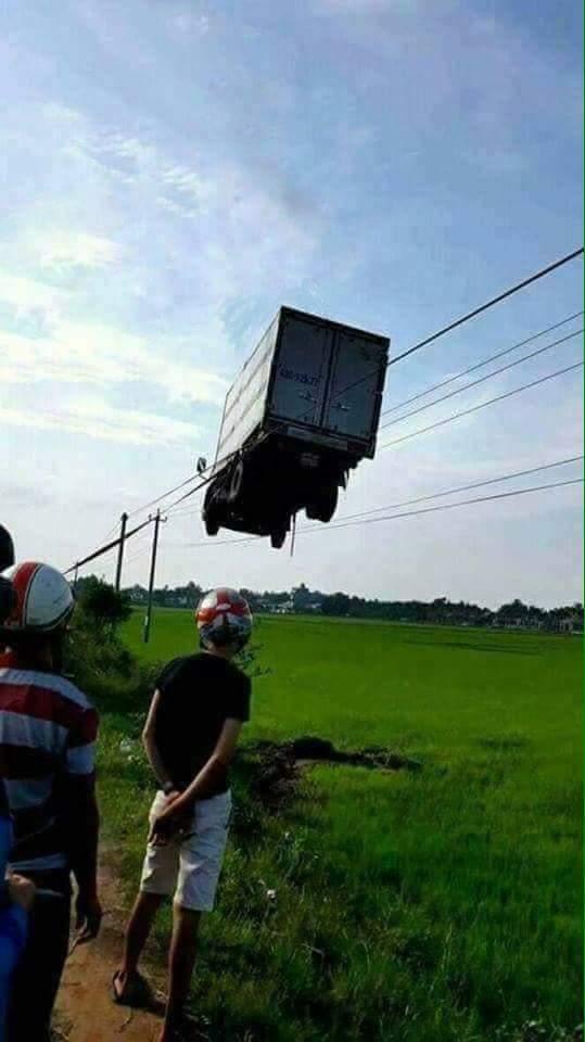 トラックが宙に浮いてる!?電線に引っかかったトラックがヤバすぎるwww