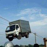 トラックが宙に浮いてる!?電線に引っかかったトラックがヤバすぎる!