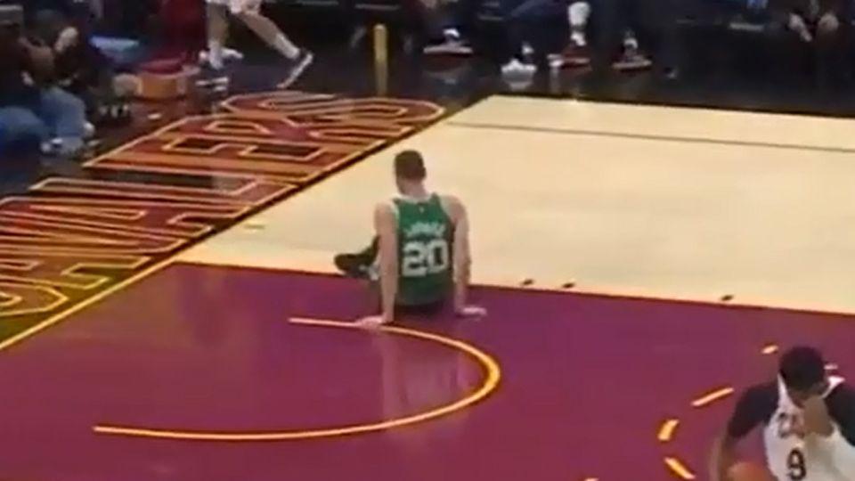 CENAS FORTES! Veja a imagem da lesão assustadora de Gordon Hayward contra os Cavaliers https://t.co/k6oa8dQG8S