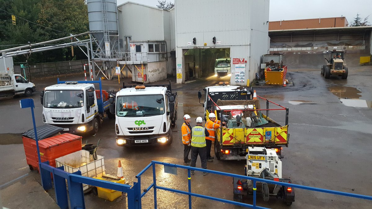 @express_asphalt Luton. Busy morning in Luton. A big thank you to all our customers for collecting and using the #Express #Experience <br>http://pic.twitter.com/2DEGY2Kf8w