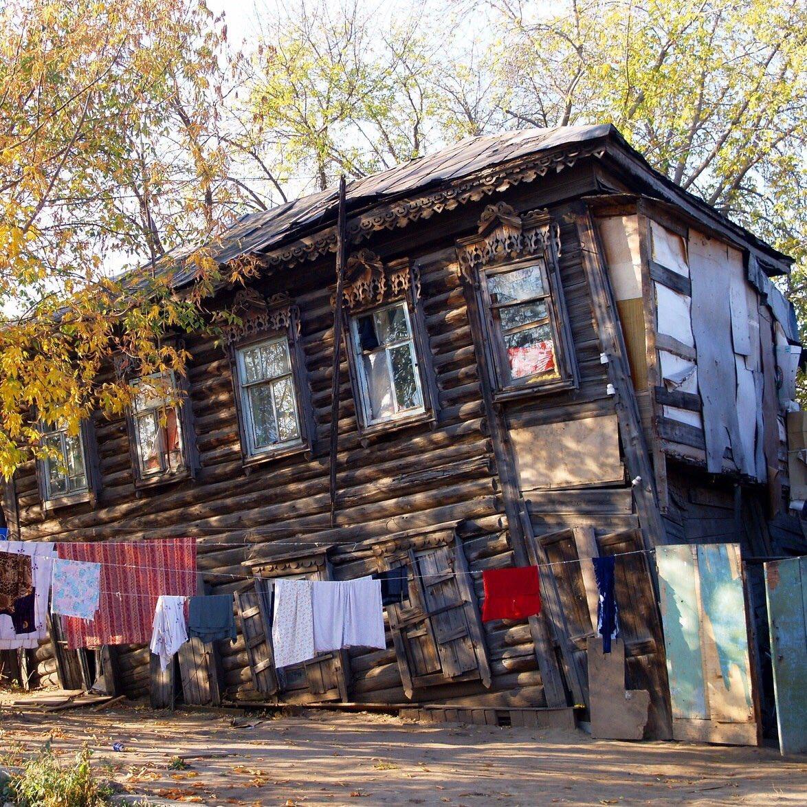 ветхий дом на окраине плаче впевненою грозою
