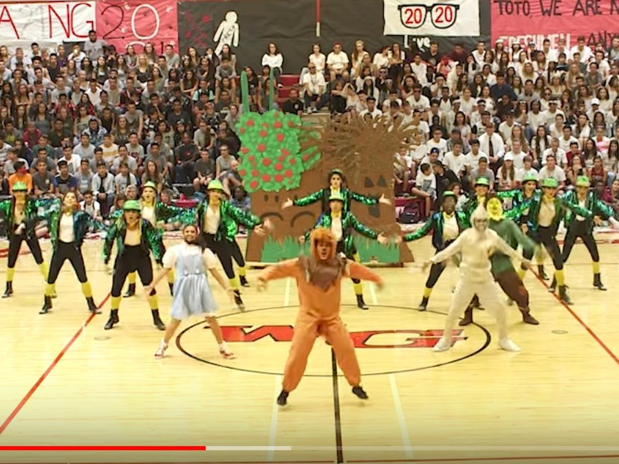 WATCH: #Arizona high school&#39;s &#39;Wizard of Oz&#39; pep rally gets 1.4 million views online  http:// bit.ly/2xPN1uI  &nbsp;   #abc15<br>http://pic.twitter.com/yXYRBGiE8X