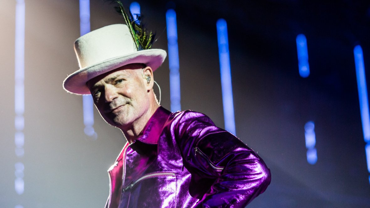 We&#39;re devastated at the news that #Canadian icon Gord Downie has passed away. Rest in peace. <br>http://pic.twitter.com/31CPEQz1bG