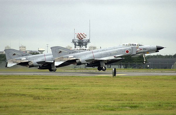 Japanese #F4 Fighter Aircraft Catches Fire Due To Landing Gear Malfunction, Crew Safe   http://www. defenseworld.net/news/20998/Jap anese_F_4_Fighter_Aircraft_Catches_Fire_Due_To_Landing_Gear_Malfunction__Crew_Safe#.WecYTFuCzIU &nbsp; … <br>http://pic.twitter.com/xBhFfGYfIe