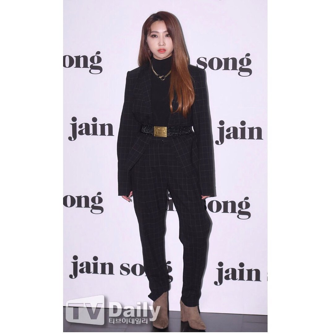 [INSTAGRAM] Minzy: I respect designer Song Jain who makes wonderful clothes all the time. #jainsong #Minzy #fashionweek <br>http://pic.twitter.com/ues5ojgeUZ