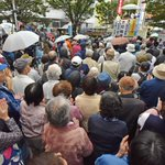 福岡・小倉で訴え。小雨の降る中、ギッシリの人垣です。九州・沖縄ブロックで、「比例は共産」を伸ばしに伸…