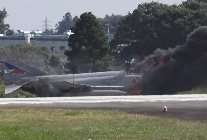 #Japan Oct 18 #F4 fighter jet catches fire just before take-off from ASDF base  http://www. asahi.com/ajw/articles/A J201710180037.html &nbsp; … <br>http://pic.twitter.com/6aqD04Z68p