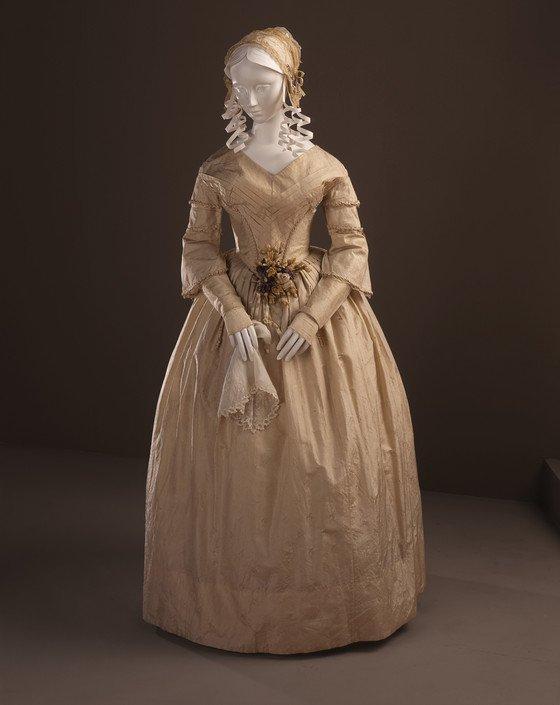 #WeddingWednesday: Silk taffeta wedding dress with silk lace, c. 1841-43 Via @LACMA #vintagebrides @theknot<br>http://pic.twitter.com/YRr72LVSl0