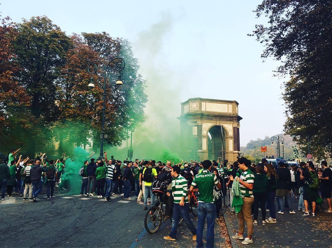 Sportinguistas em Turim. Grandes!  (a foto não é minha) https://t.co/ZV8IZAH3fz
