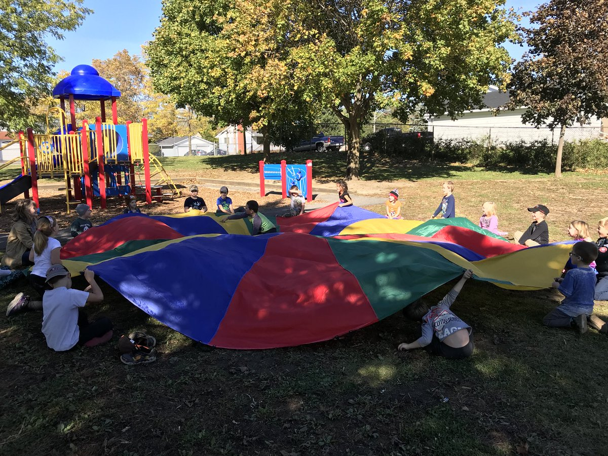 And of course some cat and mouse parachute games in the grade 1/2 class to end a busy day! #outdoorphysed #gym #placementday #CSL <br>http://pic.twitter.com/iOku5zAP0e