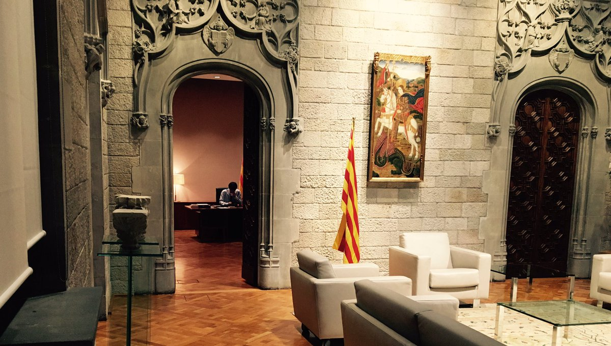 Sant Jordi vetlla. https://t.co/IEZYtLVL...