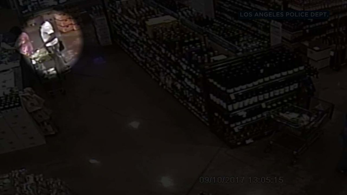 VIDEO: Thief swipes wallet from unknowing shopper at Whole Foods near The Grove https://t.co/rdAKJfy0rz