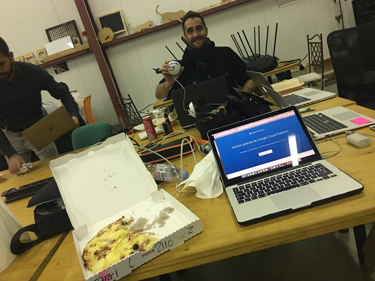 Food and work ! @squaregolab et la team @DuroyBassMe #pizza #repas #good #Swperpi<br>http://pic.twitter.com/rrAyqjWelH